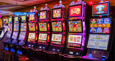 Who pays the jackpots for progressive machines, the casinos or the slot maker?
